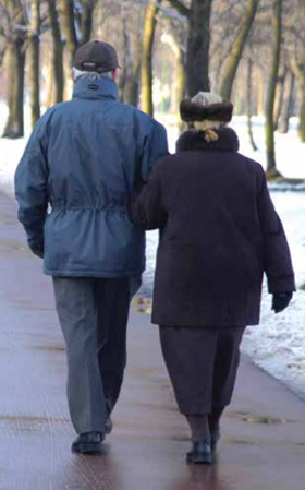 Seniorswalkingseniorssnow